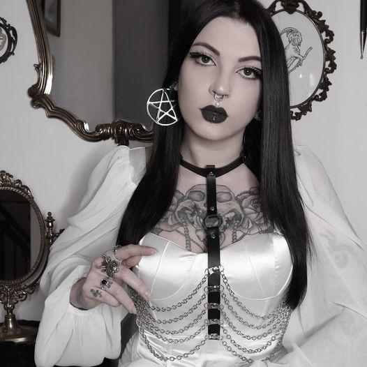 Goth ist so sexy oder?! @lasorgentepagana trägt hier unsere Pentagram Hoops  Fin