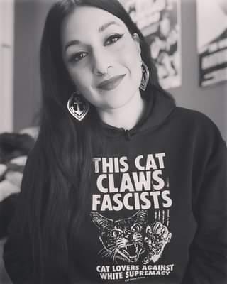 """Ist möglicherweise ein Schwarz-Weiß-Bild von 1 Person und Text """"THIS CAT CLAWS FASCISTS CAT LOVERS AGAINST WHITE SUPREMACY ۔MU CAMAGI"""""""