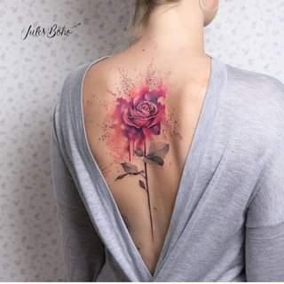 Ist möglicherweise ein Bild von eine oder mehrere Personen, Tätowierung und Rose